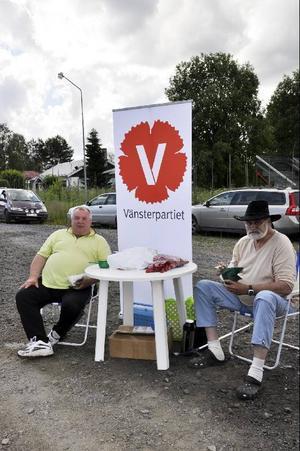 Vänsterpartiets Leif Johansson och Tovar Eriksson hade placerat sig strategiskt längst in bland marknadsstånden.