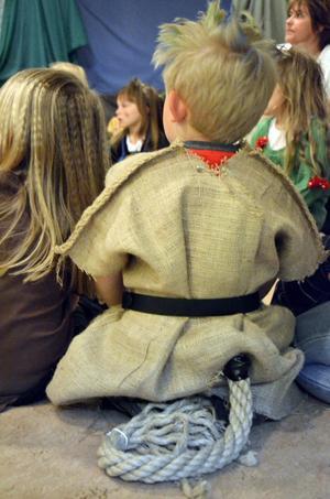 Trolltillbehör. Det fanns gott om svansar på Laxå bibliotek när det bjöds in till trollfest.