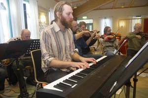 Vid pianot Gunnar Åkerhielm, Ljusnandalens storband.