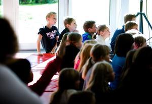 Eleverna från Kvarnsvedens skola, Gylle och Forssängskolan gillade den fartfyllda musikshowen där de bland annat fick sjunga med i sången Älgarna demonstrerar, Jag är en liten mört och Trafiklåten.