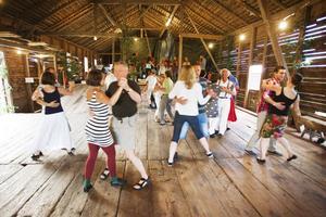På gården Ol-Jörs loge i Järvsö anordnades det logdans på torsdagskvällen. Många danssugna människor kom för att prova på att dansa gammeldans som hambo och schottis.