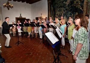 När Västerås kammarkör gav sin sommarkonsert i slottets rikssal lockade dirigenten Fredrik Winberg fram lekfullheten och visade körkonstens alla delar.