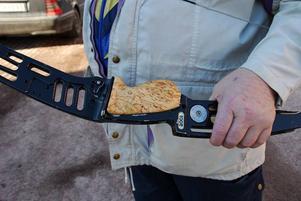 Träslöjd. Naturligtvis har knivslöjdaren Fröjdhammar tillverkat ett eget pilbågshandtag i masurbjörk.