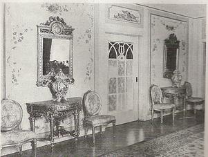 Främre delen av salongen med två spegelgarnityrer och holländska potpourrikrukor.