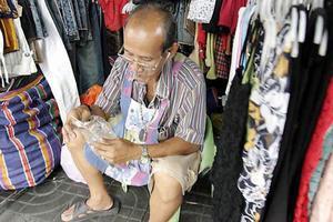 Det stora turiststråket kring området Nana i centrala Bangkok är ett populärt ställe för försäljare. Kring lunchtid monterar de upp sina stånd och sedan är det bara att invänta kunderna. Och de kommer i mängder under kvällstimmarna.