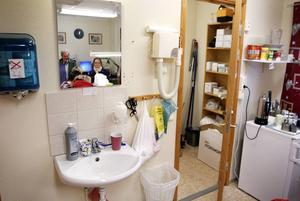 Personalen får diska i handfatet, och den lilla duschen till höger fungerar både som förråd, städskrubb och samtalsrum.