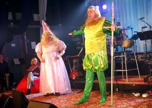 Sagan om prinsessan och prinsen framfördes på rimmad vers. Kalle Moraeus och Lasse Kronér.