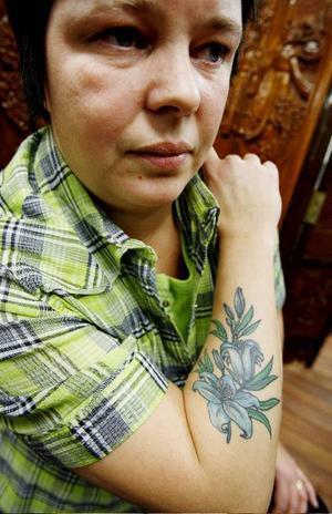 Namn: Thomas Gillhover Yrke: Driver tatueringsstudion Sioux tattooOm sina tatueringar: Jag har många indiansymboler, örnar, fjädrar och buffelkranium. Indianernas kultur betyder väldigt mycket för mig. Jag tycker att deras livsfilosofi, hur de vurmar för naturen och djuren, är beundransvärd. Världen skulle vara en bättre plats om de fick bestämma över den lite mer. Man kan säga att mina tatueringar berättar mitt liv. Jag har också ett motiv som föreställer trumpinnar, eftersom jag spelar trummor, och en cadillacsymbol, eftersom jag har en cadillac i garaget.