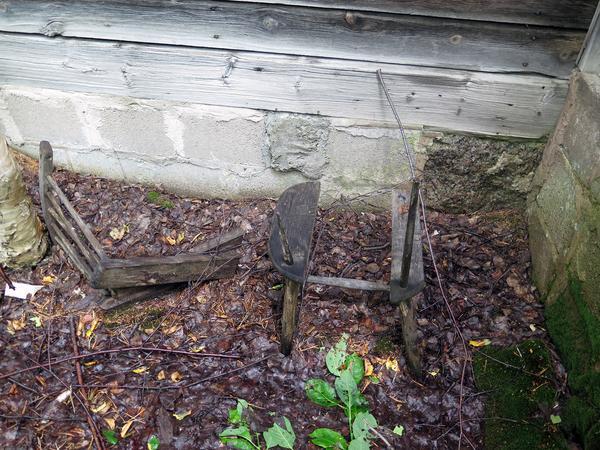 Tiden har satt sina spår. Hur många har suttit på den här stolen genom åren?