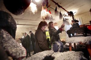 Barbro Olsson och Karin Hill tittar sig omkring på julmarknaden.