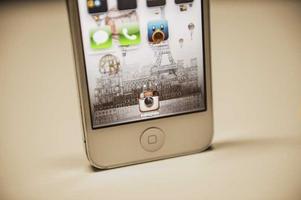 Mobilen på bilden har ingenting med texten att göra. Appen (ikonen) på mobilen är dock den aktuella, där någon publicerat nakenbilderna.