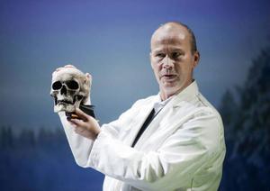 Mikael Odhag som skallmätande rasbiolog i ett inte alltför avlägset förflutet.