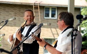 Mats Höjer och Sölve Olofsson spelade låtar av Allan Edvall men började med en sång om Nasse i Nalle Puh. Foto: Jennie-Lie Kjörnsberg