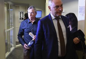 Ulf Karlsson  med sin advokat Johan Eriksson under tingsrättsförhandlingarna i Värmland.