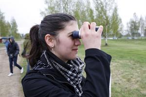 Gymnasisten Nadja Khabouchi har zoomat in svarthakedoppingen.