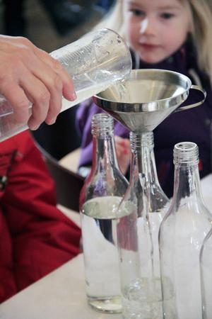 Glasflaskorna fylldes med olika mängder vatten.