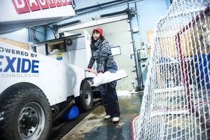 Ibland händer det att skruven drar med sig lite snö in i garaget, då skottar Maria bort det och håller rent och snyggt tills hon ska backa ut igen.