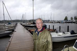 """Bryggrädsla. """"Jag har ännu inte satt i min båt. Nu måste den i, men jag tar snart upp den igen. Jag litar inte på de nya klena förtöjningarna"""", säger Anders Myhrman, båtägare. Han, och andra båtägarkollegor, är rädda för att deras båtar ska lossna, driva ut och förstöras."""