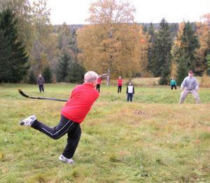 Söråkers U15-lag i bandy inledde säsongen med ett höstläger vid Stavre i helgen. Här har man genomgång i samband med den avslutande brännbollsmatchen.
