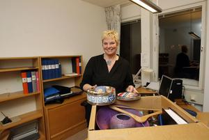 Gudhrun Unogård håller som bäst på att boa in sig i nya arbetsrummet i polishuset i Söderhamn. Första åtgärd blir att kraftigt beskära den spretande krukväxt som hon