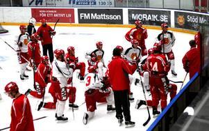 Tränarduon Patric Wener och Roger Johansson körde många spelövningar på träningen dagen efter förlustmatchen mot Timrå.