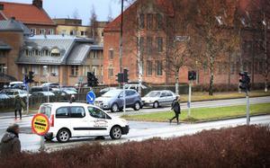 Korsning Hamngatan - Rådhusgatan råder det delade meningar om. – Är syftet med korsningens utformning att man ska få svänga vänster där. Då är trafiksignalerna felplacerade, säger Anders Könberg, enhetschef för trafikpolisen i Jämtlands län.
