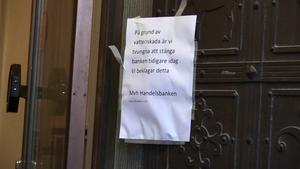 Handelsbanken i centrala Östersund fick stänga tidigare på grund av vattenskador. Det rann in vatten från väggar och tak.