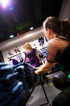 Jenny Nilsson och Hanna Zachrisson förbereder butiken inför premiären.Foto: Håkan Luthman