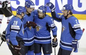 Sakari Salminen (näst längst ut till höger) firar ett mål i OS.