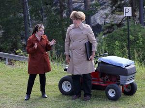 Svetlana Barralova (Mikaela Pålsson) är egentligen inte rysk gas- och oljeförsäljare utan en vanlig helsvensk bedragerska. Hennes vapendragare Oleg (Göran Ericsson)är inte heller den han utger sig för att vara.