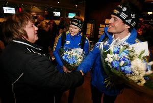 Kommunalrådet AnnSofie Andersson (S) välkomnade Helena Jonsson och David  Ekholm på flygplatsen sent i går kväll. Tidigare under dagen hade hjältarna från VM  i Sydkorea hyllats på Stockholms centralstation.