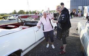 Ulla-Britt Wallin fick sig en åktur i en raggarbil för första gången i sitt 91-åriga liv. Här vinkar hon glatt när hon får assistans av Carina och Torbjörn Löf från Street Rulers när hon ska kliva in i deras Oldsmobile -65.