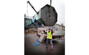 Jörg Jeschke med två ton Flätverk lämnar fraktbilen. Foto: Staffan Björklund