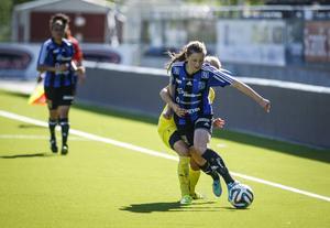 Yttermittfältaren Emma Danielsson i en klassisk kamp längs långlinjen.
