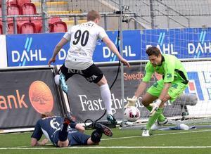 Här blir det inte mål. Men det var annars nr 90 Daniel Gustavsson som gjorde segermålet på Emil Hedvall.