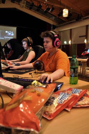 Adrian Rydbark från Ytterhogdal är en rutinerad dataspelare och berättar att han spelat sedan han var i 5-årsåldern. Till lanet i Sveg hade han förberett sig väl med bland annat chips, pizza, en kaffebryggare och kaffe, läsk och godis.