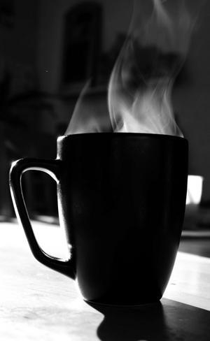 Av en ren slump ställde jag min kokheta kopp med thé precis i morgonsolen som lös in i köket. Kunde då tydligt se hur det rök från koppen och tog självklart fram kameran.