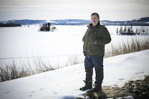 Johnny Hallquist bor vackert i Valsjöbyn. Han jobbar på bageriet i Lierne sen sex år tillbaka. Nu är bageriet hotat och därmed hotas hela bygden.