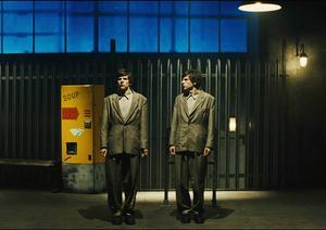 Jesse Eisenberg gånger två är vad som bjuds i den stiligt imponerande men i längden lite småtrista
