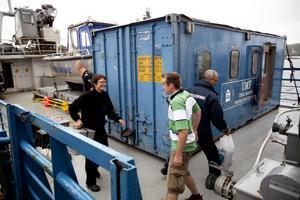 Hela den här blå containern har lastats med forskningsmaterial som ska räcka under den fyra dygn långa båtturen.
