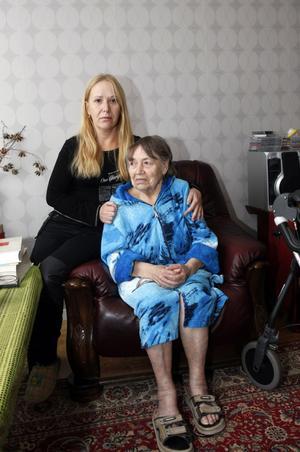 Olga med sin sjuka och dementa mamma Yevdokiya.