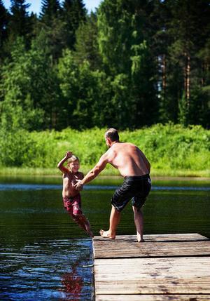 Leon, sex år, och pappa Peter badar vid Torsviken. Leon lärde sig simma när han var bara två år gammal.