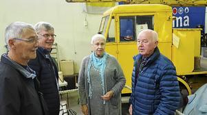 Framför den gamla eldrivna ASEA-lastbilen ses Lennart Andersson, Hans-Göran Eriksson, Nadja Eriksson och Henning Johansson.