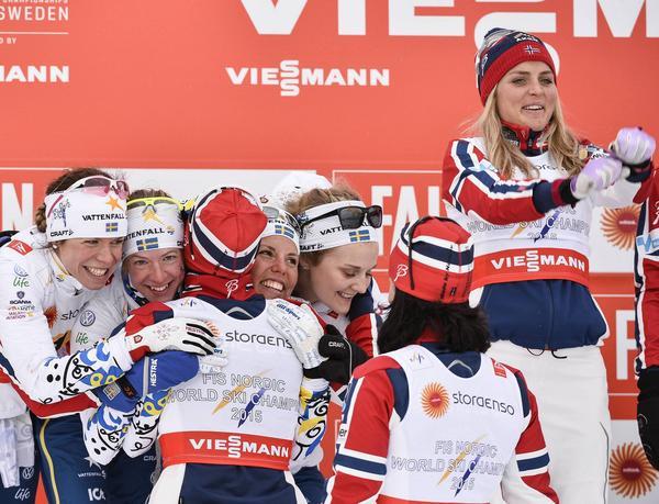Maria Rydqvist på podiet tillsammans med de svenska och norska damerna efter VM-stafetten.