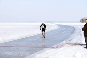 Lars Bengtsson stakar i mål i Storsjöskrinnet.