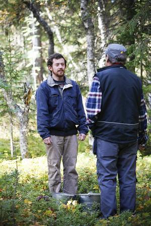 I scenen som precis spelats in pratar huvudrollsinnehavaren Boris Maximov med Börje Lundberg, som spelar stugans förvaltare.