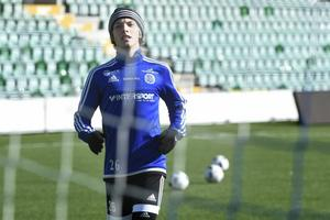 Eric Granat spelar på det centrala mittfältet tillsammans med Rúnar Sigurjónsson i Lars Gersons frånvaro i GIF Sundsvalls grenrep mot VPS Vasa.