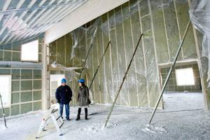 Det blir högt i tak i den nya skolan. På bilden syns Janne Johansson och Eva-Märet Nordenberg.
