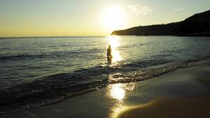 Ett dopp i solnedgången på en strand strax öster om Potos.    Foto: Johan Öberg