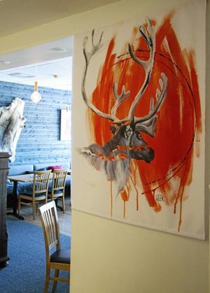 Det går att utläsa ett hot mot rennäringen i Niklas Blindhs målningar. Denna återfinns i matsalen på Hotell Funäsdalen.
